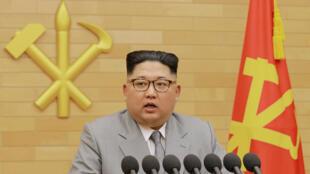 Lãnh đạo Bắc Triều Tiên Kim Jong Un đọc diễn văn chào mừng năm mới 2018 (Ảnh do KCNA công bố ngày 01/01/2018)