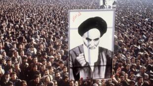 Manifestantes carregam cartaz com foto do aiatolá Khomeini, em janeiro de 1979, durante a mobilização contra o xá