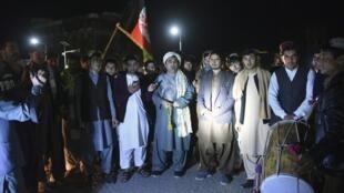 Des activistes afghans pour la paix célèbrent l'annonce d'une trêve entre les talibans, le gouvernement et les États-Unis le 21 février 2020.