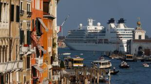 Veneza está tentando limitar o número de grandes navios de cruzeiro que se aproximam da cidade.