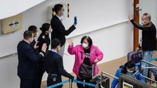 Les passagers débarquant à Hong Kong du bateau «World Dream» après quatre jours de quarantaine à cause du coronavirus, le 9 février 2020.