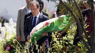 Le 1er avril 2012, François Hollande en visite à La Réunion, au cimetière des esclaves, dit «cimetière du Père Lafosse», maire de Saint-Louis et militant abolitionniste du XVIIIème siècle.
