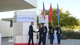 Le président Barack Obama (d) reçoit le Premier ministre vietnamien Nguyen Tan Dung (g) à son arrivée au sommet de l'Asean, à Rancho Mirage, en Californie. le 15 février 2016.