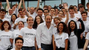 Xavier Niel entouré d'étudiants avant l'inauguration de la Station F qui pourra accueillir jusqu'à 1 000 jeunes pousses, le 29 juin 2017.
