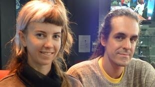 Florencia Rodriguez Giles y Carlos Huffmann en los estudios de RFI