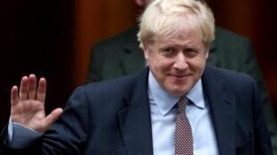 O premiê Boris Johnson finge controlar a situação ao pedir eleições antecipadas.