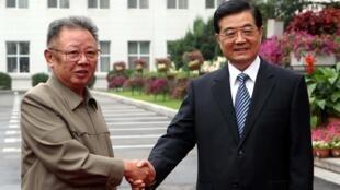 Sau cái chết của lãnh đạo Bắc Triều Tiên Kim Jong-il (t), quan hệ Trung-Triều lạnh giá nhanh chóng.  Ông Kim Jong-il bắt tay Chủ tịch Trung Quốc hồi đó, ông Hồ Cẩm Đào, ngày 27/08/2010.