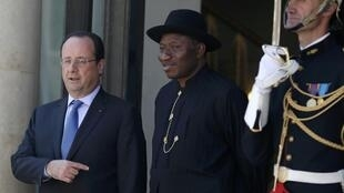 French President François Hollande welcomes Nigerian President Goodluck Jonathan as he arrives to attend the African Security Summit at the Elysee Palace in Paris, May 17, 2014