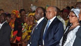 Etienne Tshisekedi (Centre D) aux côtés du leader de l'opposition Eugène Diomi Ndongala (Centre G) à l'église Notre-Dame de Kinshasa, le 22 Juin 2012.