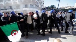 Policías dispersando a manifestantes durante las protestas contra Abdelaziz Bouteflika quien busca presentarse para un quinto mandato. Marzo 1, 2019, Argel, cerca de palacio presidencial.