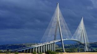 Bouygues Construction网站的诺曼底大桥图片