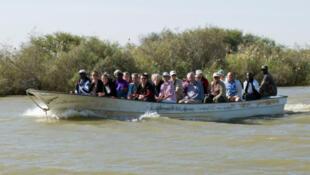 Un bateau sénégalais avec des touristes à bord.