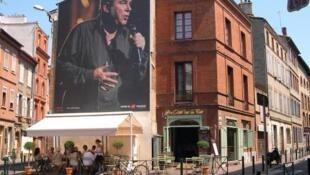 Cartel urbano con la foto del cantante Claude Nougaro, gran embajador de la ciudad de Toulouse.