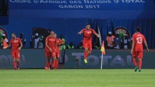 Les Tunisiens sautent de joie après le premier but marqué face à l'Algérie, lors de la victoire, 2-0, à Franceville le 19 janvier 2017.