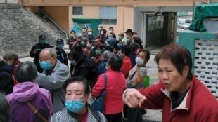 香港居民排队领取免费发放的口罩,应对武汉肺炎疫情。摄于2020年2月7日