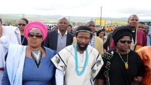 Le 13 décembre 2013 à Qunu, Buyelekhaya Dalindyebo, le roi coutumier des Thembu, vient présenter ses condoléances à la famille de Nelson Mandela, après le décès de l'ancien président sud africain, le 5 décembre 2013.