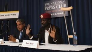 Le politicien ougandais Robert Kyagulanyi, plus connu sous le nom de Bobi Wine, donne une conférence de presse avec son avocat à Washington D.C., le 6 septembre 2018.