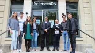 Les étudiants sur le perron de Siences-Po Paris à Dijon.