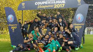 Jogadores do PSG comemoram no gramado do Parc OL, em Lyon, o quarto troféu consecutivo de campeões da Copa da Liga francesa.