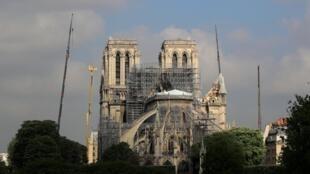 Шпиль собора Парижской Богоматери рухнул уже через несколько часов после начала пожара