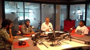 Miembros del colectivo 'Eurocaravana 43' dialogan con Braulio Moro en uno de los estudios de RFI.