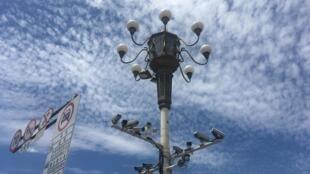 Grappes de caméras place Tiananmen à Pékin.