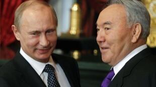 Kazakh President Nursultan Nazarbayev with Russia's Vladimir Putin