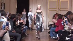 Desfile da coleção Neith Nyer, outono-inverno 2016 na Semana de Moda de Paris.