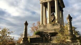 Una tumba del cementerio de Père Lachaise llena de simbología.
