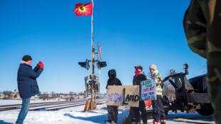 Des manifestants opposé à la construction d'un gazoduc bloquent le passage des trains dans l'Ontario le 8 février 2020.