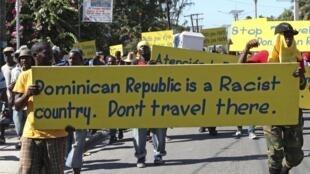 Manifestation de Haitiens contre une décision de justice en République Dominicaine de supprimer la nationalité dominicaine à des Haitiens nés au cours des 84 dernières années et vivant illégalement dans le pays.