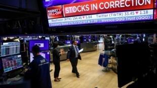 Wall Street a lourdement chuté jeudi 27 février, le Dow Jones s'effondrant de près de 1 200 points, dans un marché affolé par la propagation du coronavirus dans le monde.