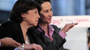 La première secrétaire du Parti socialiste Martine Aubry (g) et Ségolène Royal à la convention sur l'égalité réelle du PS à Paris, le 11 décembre 2010.