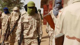 Une dizaine de jeunes qui se présentent comme des anciens jihadistes attendent le processus de désarmement.