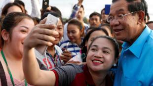 Thủ tướng Cam Bốt Hun Sen (áo xanh) trong cuộc gặp với công nhân một nhà máy ở ngoại ô Phnom Penh, ngày 08/11/2017