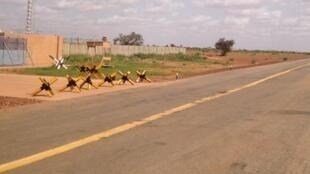 La protection anti-véhicules située devant la base 101 de Niamey.