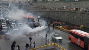 La police anti-émeute tente de disperser des manifestants sur une autoroute à Téhéran, en Iran, le 16 novembre 2019.