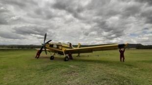 Les mécaniciens de Farmland Aviation préparent leur avion AT-602 à pulvériser du pesticide sur les criquets.