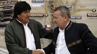 Le président de la Bolivie Evo Morales et le directeur du rallye Etienne Lavigne, le 12 janvier 2014 à la fin de l'étape 7 entre Salta (Argentine) et Uyuni (Bolivie).