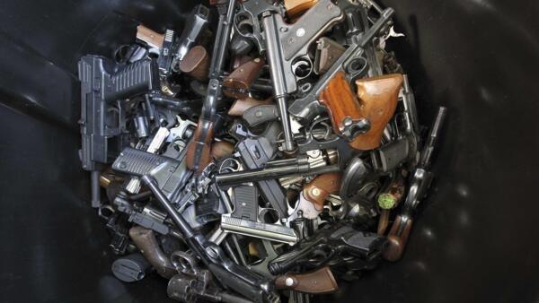 Pistolas e revólveres lotam lata de lixo durante a feira de recompra de armas em Los Angeles