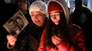 Des Canadiens se recueillent lors d'une veillée en hommage aux victimes du vol PS752 à Toronto, le 9 janvier 2020.