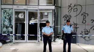 Cảnh sát đứng gác trước tòa nhà nghị viện, bi người biểu tình tràn vào đập phá tối 01/07/2019.
