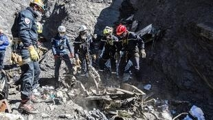 法國搜索人員在德國之翼A-320空客失事現場2015年4月1日法國內政部提供照片