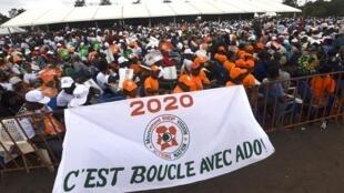 Des partisans du RHDP avec une banderole « C'est bouclé avec ADO [Alassane Dramane Ouattara]» le 7 décembre 2019 à Yamoussoukro.
