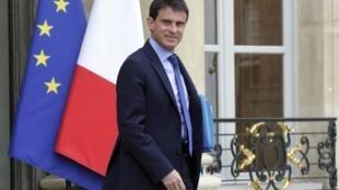 O premiê francês, Manuel Valls, deixa o Palácio do Eliseu após reunião com o presidente François Hollande, nesta segunda-feira, 26 de maio.