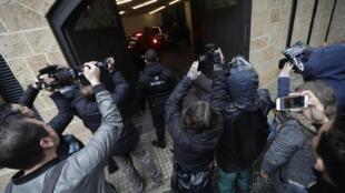 Des journalistes se rassemblent devant le parking d'une maison qui appartiendrait à l'ancien chef de Nissan, Carlos Ghosn, dans un quartier riche de la capitale libanaise, Beyrouth, le 7 janvier 2020. Ghosn donnera une conférence de presse le 8 janvier.