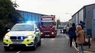 La police déplace le conteneur où les corps ont été découverts à Grays, dans l'Essex, le 23 octobre 2019.