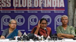 La militante Kavita Krishnan (au centre) lors de la conférence de presse de la délégation de défenseurs des droits humains revenus du Cachemire, le 14 août à New Delhi.