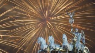 Des feux d'artifice pour accueillir la nouvelle année au-dessus de la porte Brandebourg à Berlin, Allemagne.