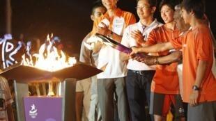 Presidente de Cingapura S.R. Nathan, segundo à direita, acende um caldeirão durante um evento para comemorar a chegada da chama olímpica em Cingapura.